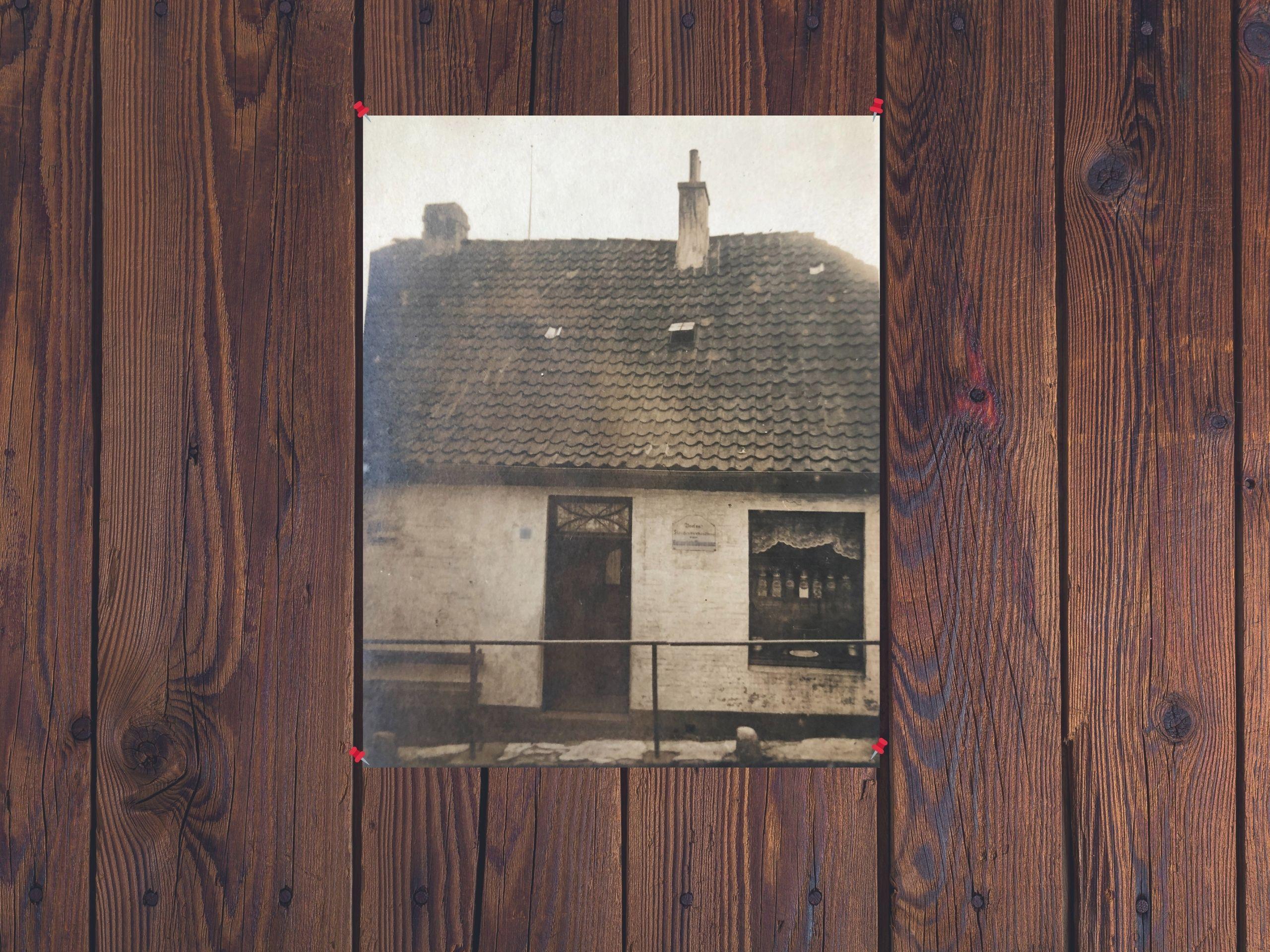 Altes Haus mit Holzbrettern im Hintergrund